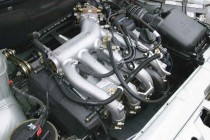 Двигатель и подкапотное пространство автомобиля ВАЗ-2112
